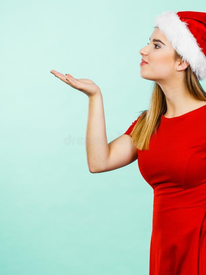 Traje do Natal da mulher que envia beijos fotografia de stock royalty free