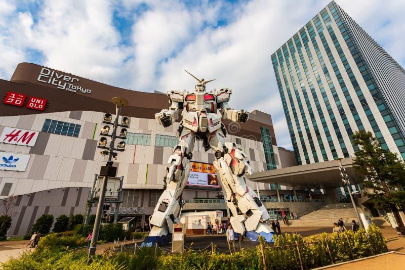 Traje móvil del mismo tamaño RX-0 Unicorn Gundam Performances en la plaza Tokio, Odaiba, Tokio, Japón de City del buceador imágenes de archivo libres de regalías