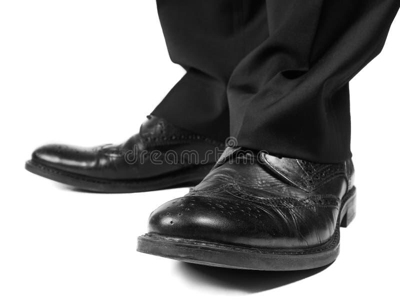 Traje masculino que lleva los zapatos negros imágenes de archivo libres de regalías
