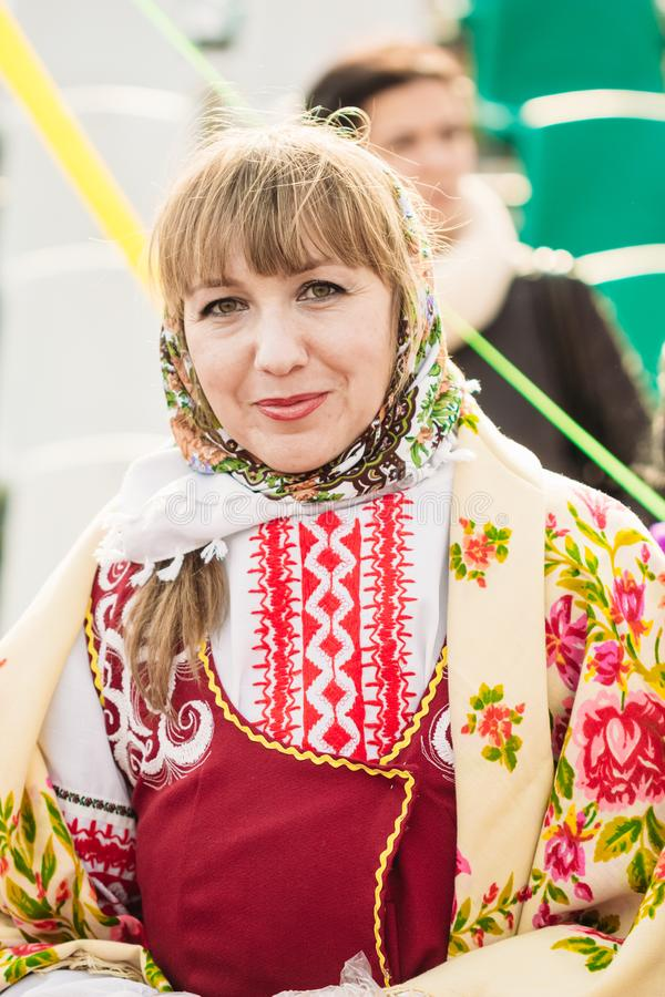 Traje nacional bielorruso en una mujer joven Bielorrusia, Gomel imagen de archivo libre de regalías