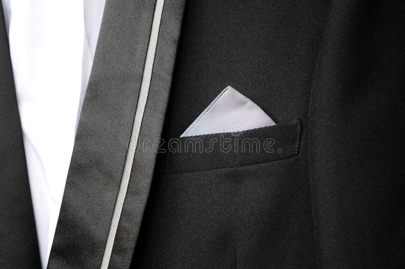 Traje negro con el pañuelo blanco en su bolsillo foto de archivo