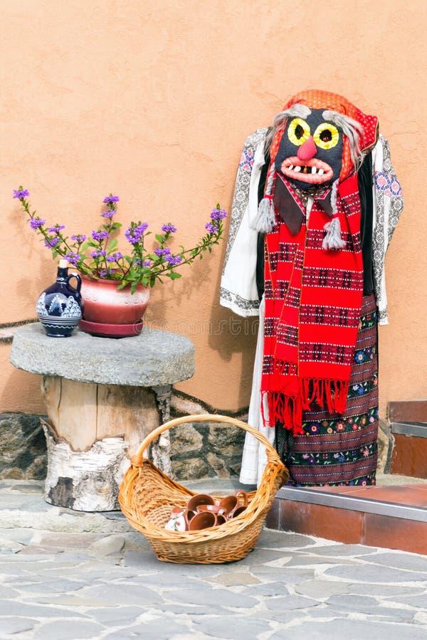 Traje popular de la mujer tradicional con la máscara, Rumania, Europa fotografía de archivo