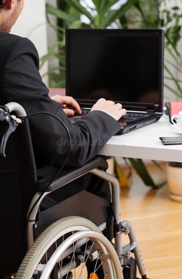 Traje que lleva del hombre de negocios discapacitado foto de archivo