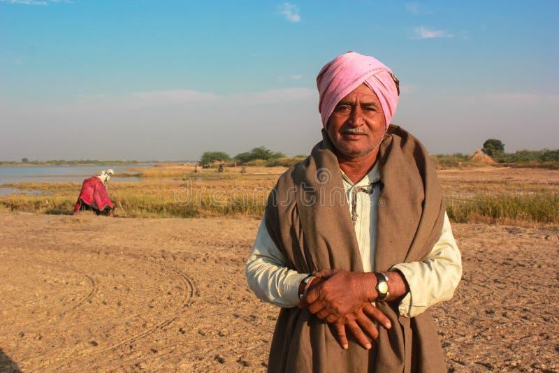 Traje tradicional del hombre indio rural imagen de archivo
