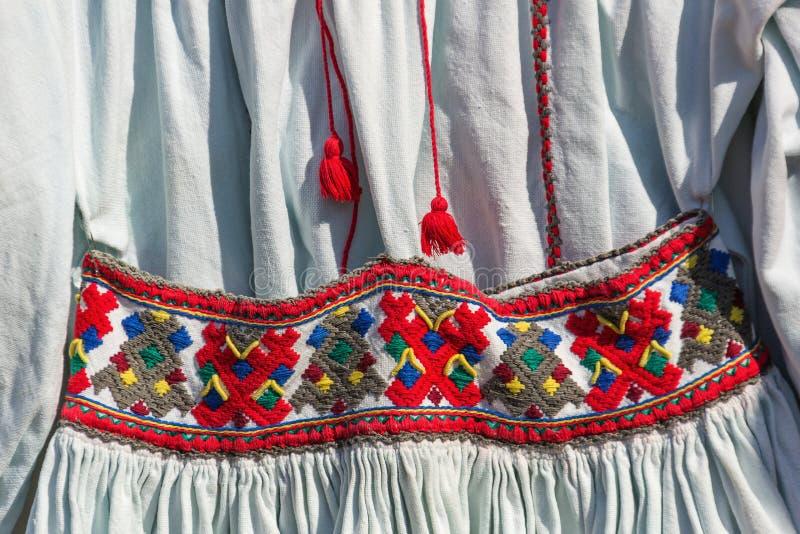 Traje tradicional romeno velho fotografia de stock
