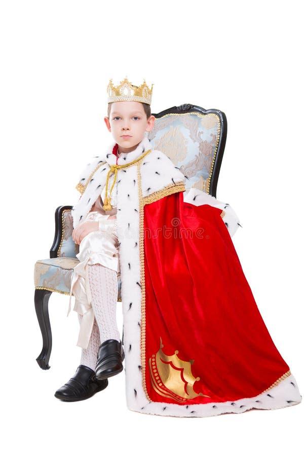 Traje vestindo do rapaz pequeno de um rei imagem de stock