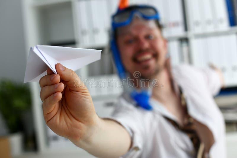 Traje y lazo que llevan del hombre en gafas y tubo respirador fotografía de archivo libre de regalías