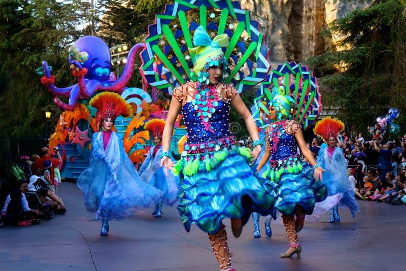 Trajes brillantes de los bailarines del desfile de Disney foto de archivo libre de regalías