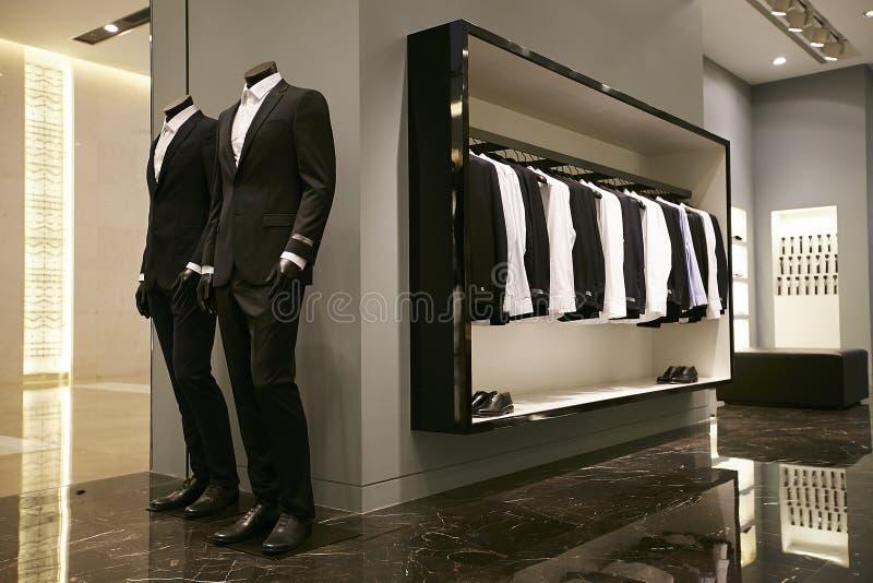 Trajes de la tienda de la ropa de los hombres foto de archivo