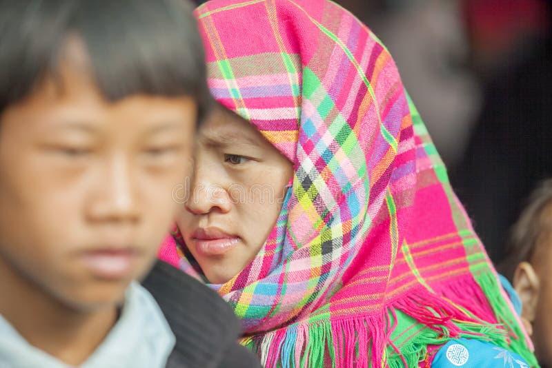 Trajes de mulheres da minoria étnica, no mercado velho de Dong Van fotografia de stock royalty free