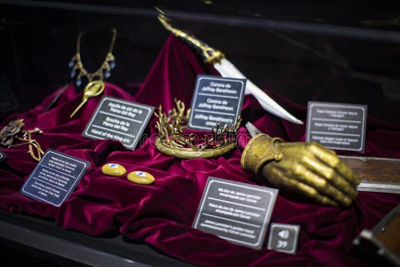 Trajes originales de actores y de apoyos del ` The Game de la película del ` de los tronos en las premisas del museo marítimo de  fotos de archivo