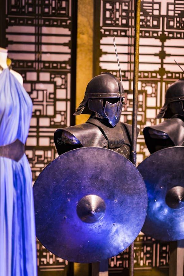 Trajes originales de actores y de apoyos del ` The Game de la película del ` de los tronos en las premisas del museo marítimo de  imagen de archivo libre de regalías