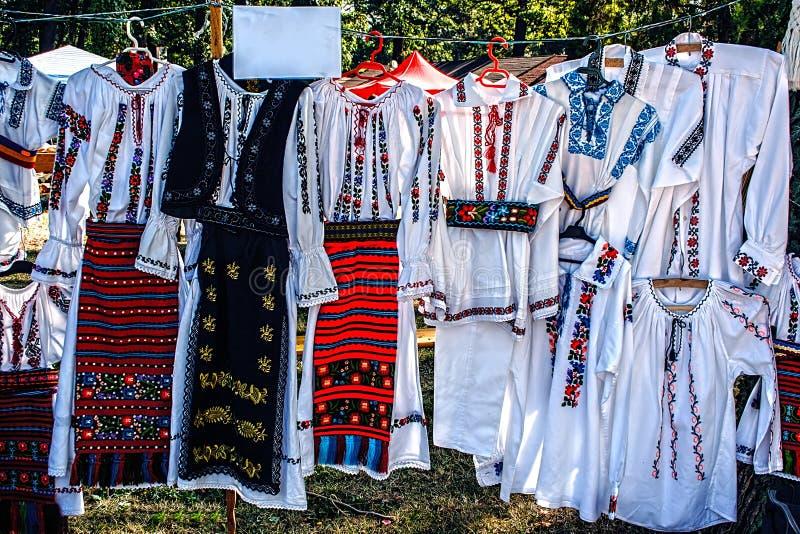 Trajes tradicionales rumanos foto de archivo libre de regalías
