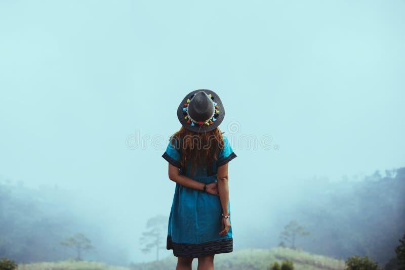 Trajes tribales de la ropa de mujer Mountain View con las montañas de niebla imágenes de archivo libres de regalías
