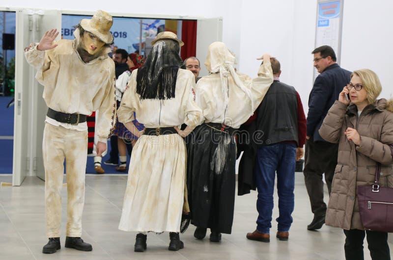 Trajes y máscaras rumanos en el turismo justo, Bucarest, Rumania - foto de archivo libre de regalías