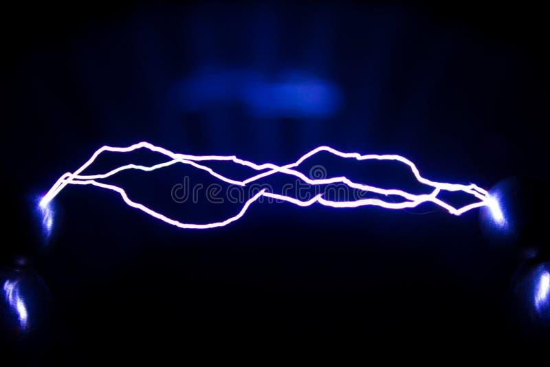 A trajetória de uma descarga elétrica da faísca Descargas de faísca artificialmente criadas fotografia de stock