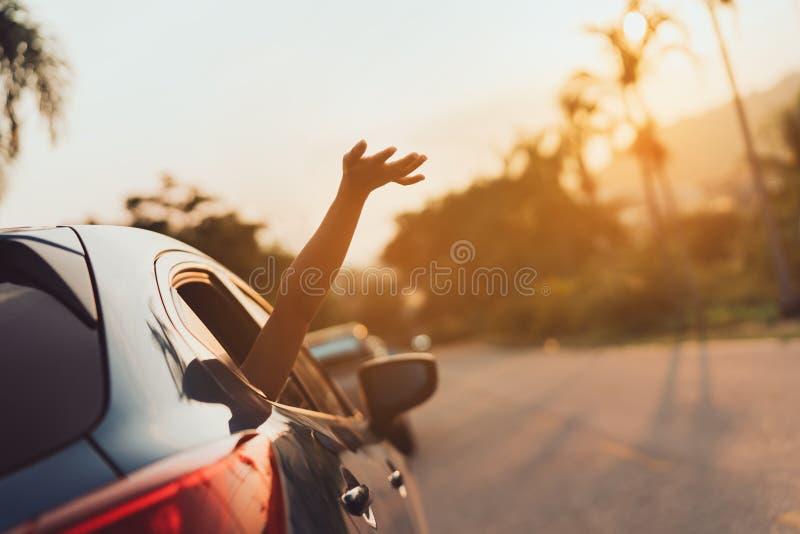 Trajet en voiture de berline avec hayon arrière conduisant le voyage par la route des vacances d'été de femme images libres de droits