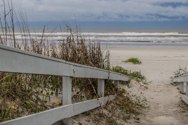 Trajeto à praia sobre as dunas de areia fotos de stock