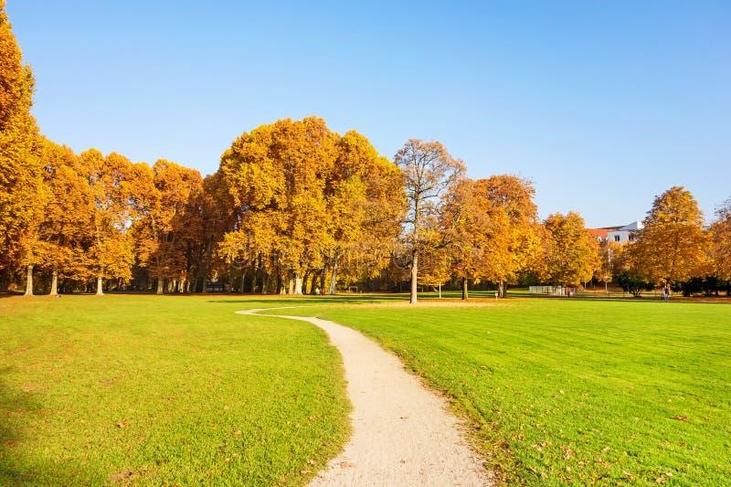 Trajeto através do parque Schlossgarten, Estugarda fotos de stock royalty free