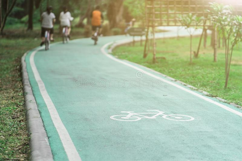 Trajeto Biking no parque com por do sol fotografia de stock