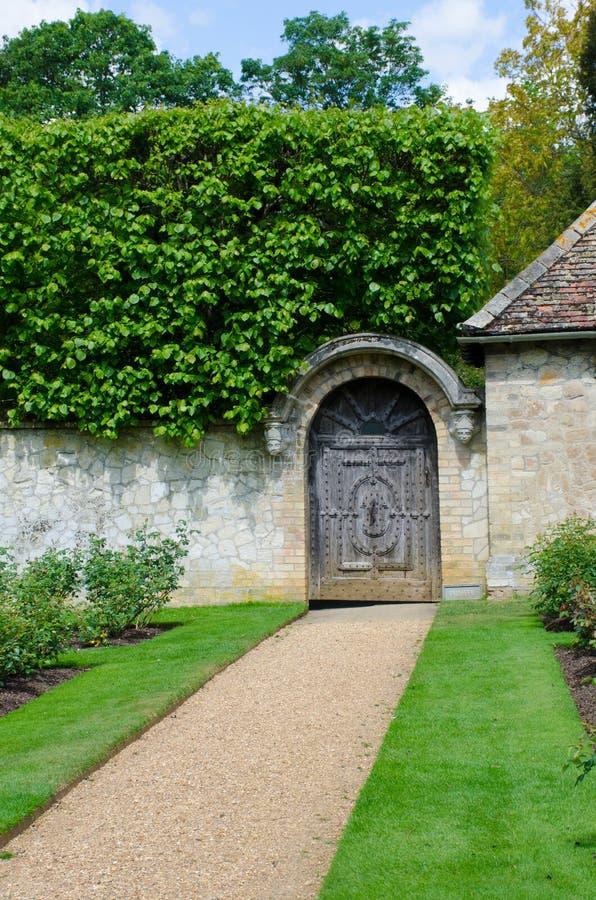 Trajeto a bloquear no jardim inglês tradicional fotografia de stock