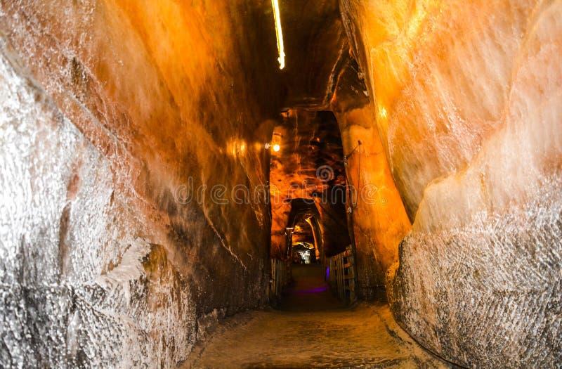 Trajeto & caverna estreitos dentro da mina de sal de Khewra imagens de stock royalty free