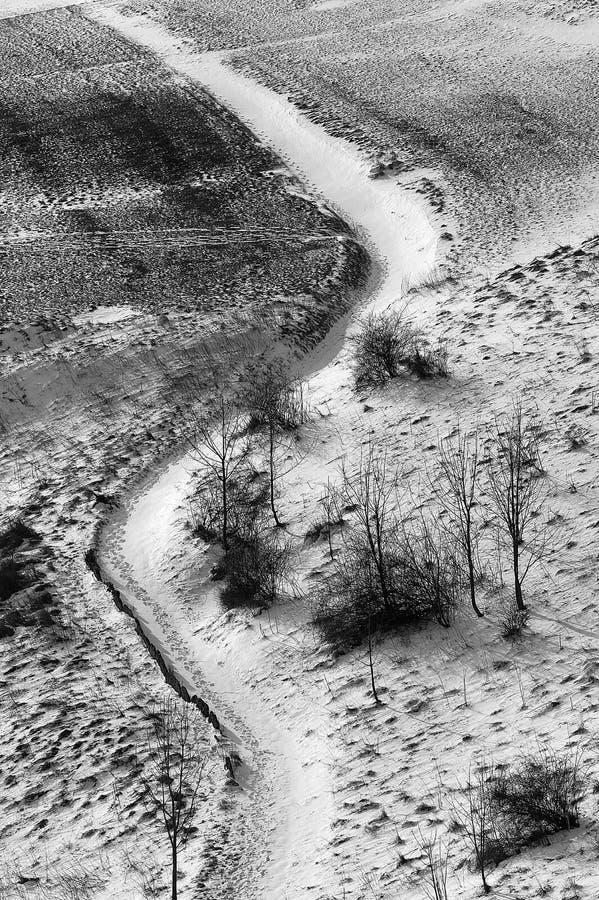 Trajeto curvado longo na montanha coberto de neve imagem de stock