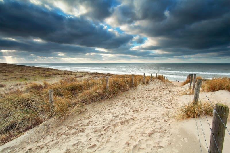 Trajeto da areia com a cerca à praia do Mar do Norte fotos de stock royalty free