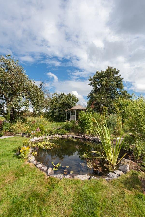 Trajeto da caminhada no jardim decorado com cotoes de madeira imagens de stock royalty free