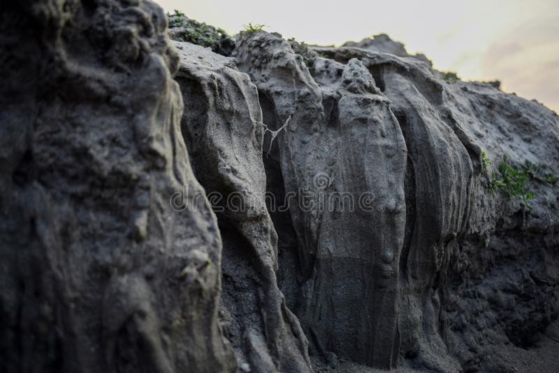 Trajeto da garganta em um dia ensolarado entre rochas altas fotos de stock royalty free