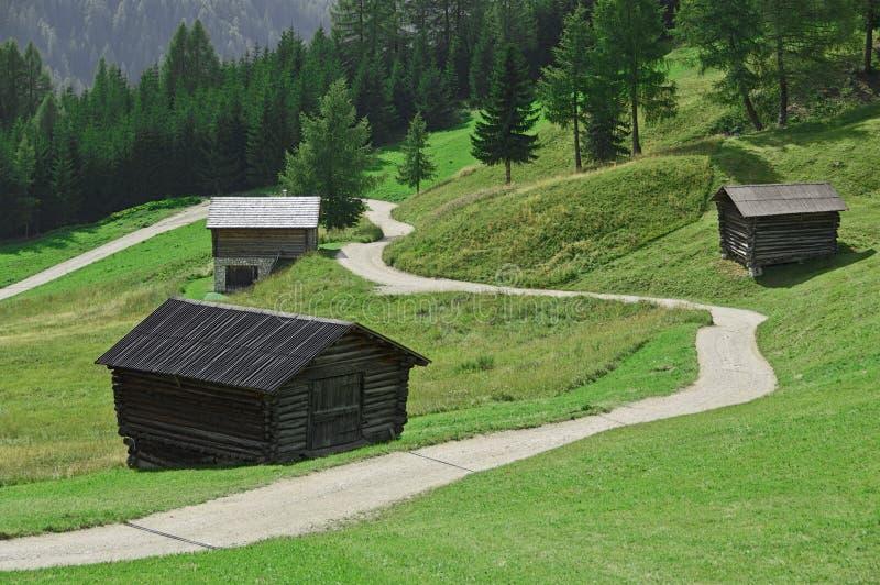 Trajeto da montanha entre as cabanas foto de stock royalty free