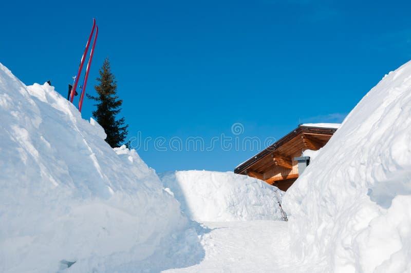 Trajeto da neve a uma cabana alpina do esqui da montanha fotografia de stock royalty free