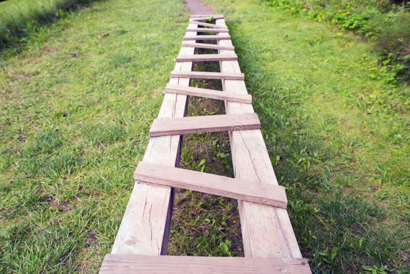 Trajeto das placas marteladas de madeira imagem de stock royalty free