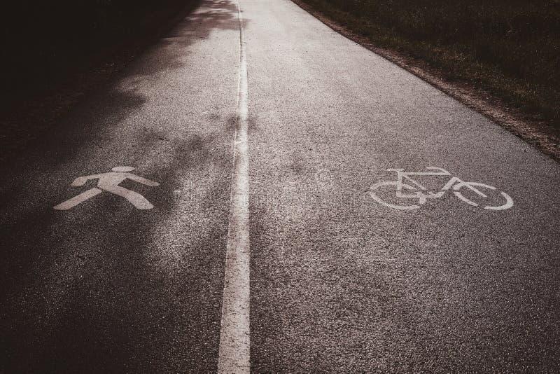 Trajeto de asfalto, dividido para duas porções - de uma parte para ciclistas, outro para pedastrians imagem de stock royalty free