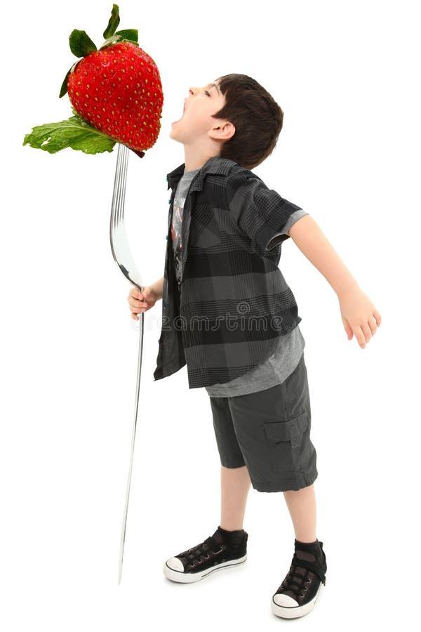 Trajeto de grampeamento gigante da forquilha da fruta do menino fotos de stock