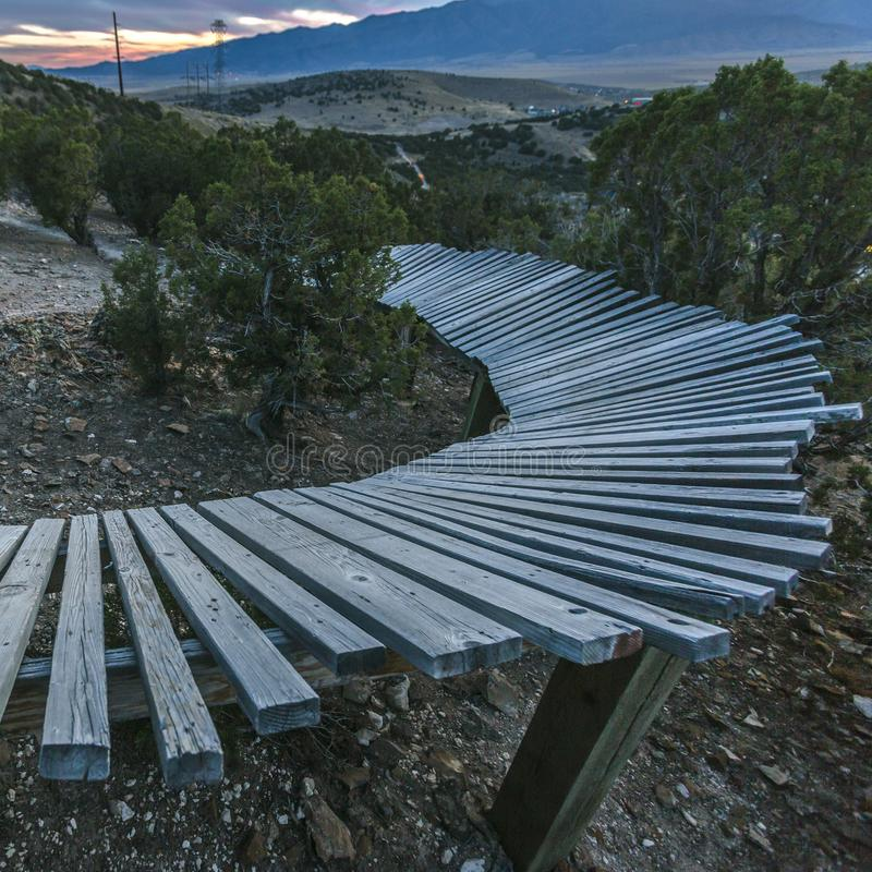 Trajeto de madeira com vista do terreno e da montanha vastos fotografia de stock royalty free