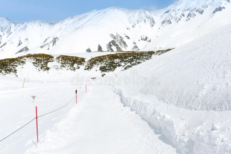 Trajeto de passeio da neve dentro à montanha da neve para o jogador do esqui imagem de stock royalty free