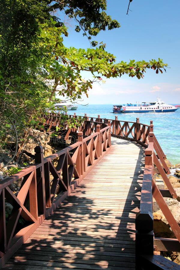 Trajeto de passeio de madeira na praia fotos de stock royalty free