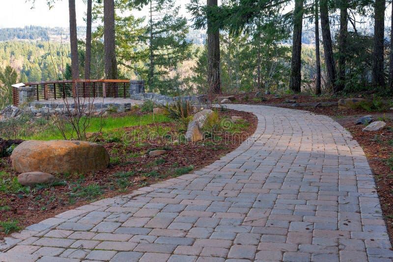 Trajeto de passeio de pedra do Paver do tijolo do jardim à plataforma do quintal fotos de stock royalty free