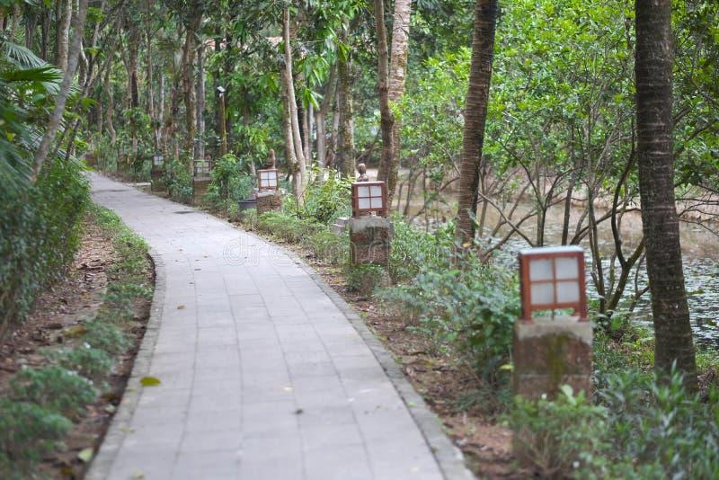 Trajeto de pedra para caminhadas no parque imagens de stock
