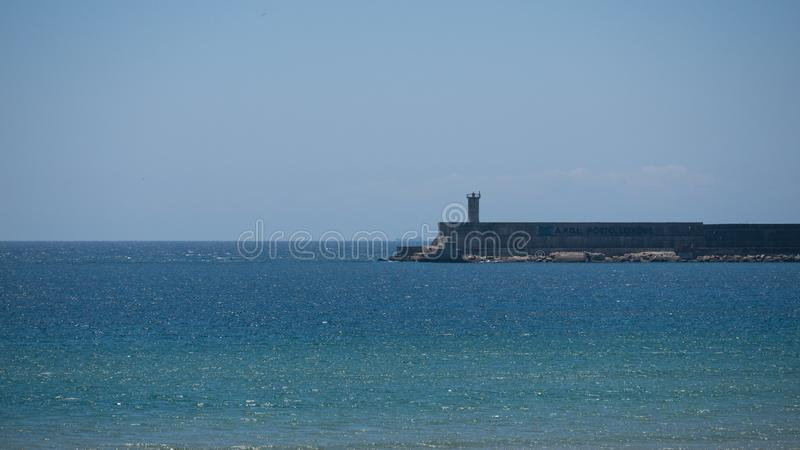 Trajeto dianteiro da praia de Matosinhos em Porto, Portugal, com o monumento líquido da pesca de Anemona aos pescadores foto de stock