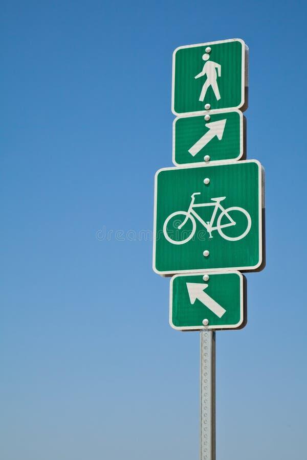 Trajeto direcional da bicicleta da praia e sinal de passeio imagens de stock