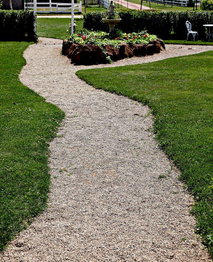 Trajeto do cascalho no parque ou no jardim imagens de stock royalty free