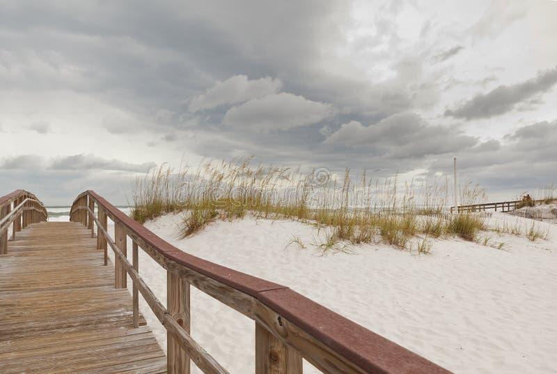 Trajeto do passeio à beira mar na praia no por do sol imagens de stock royalty free