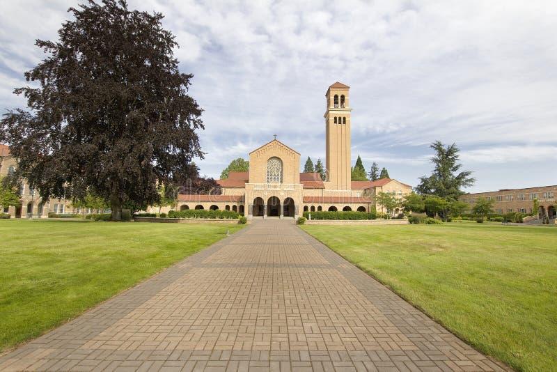 Trajeto do tijolo a Mt Angel Abbey Church Entrance imagem de stock royalty free