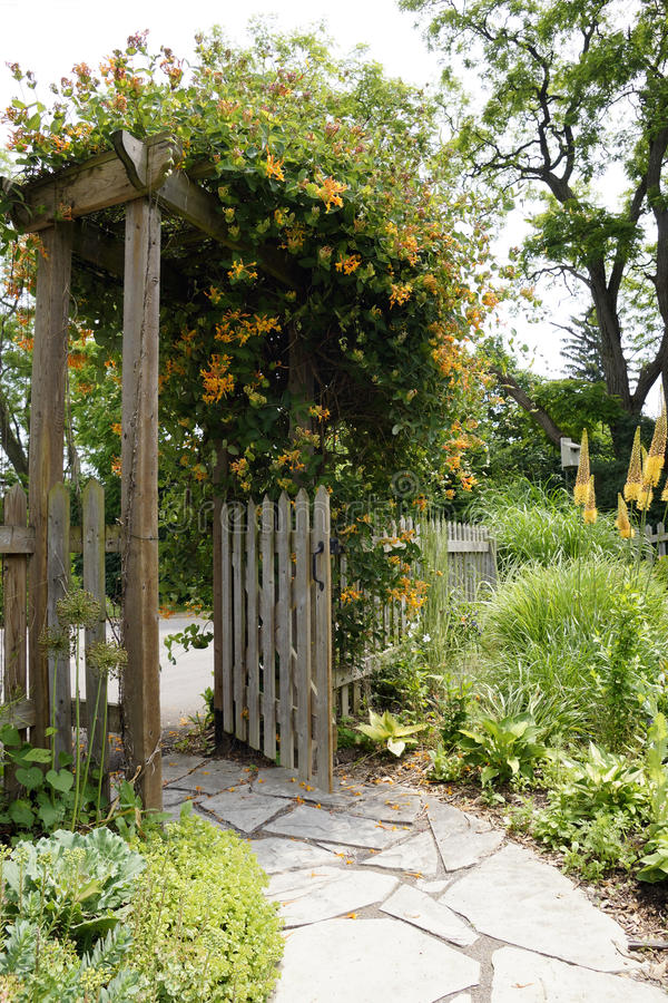 Trajeto e porta do jardim imagens de stock