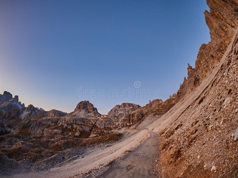 Trajeto em montanhas de Dolomiti fotos de stock