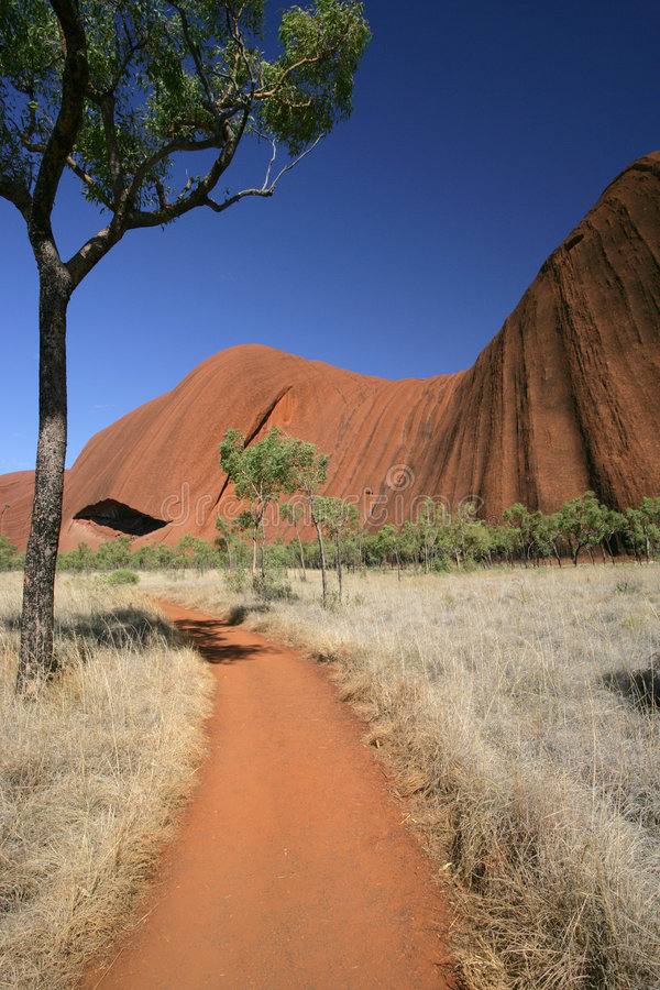 Trajeto em torno de Uluru (rocha de Ayers) fotografia de stock royalty free