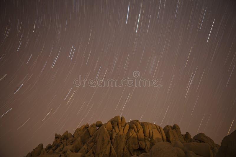 Trajeto enorme da estrela de rochas no parque nacional de árvore de Joshua foto de stock royalty free
