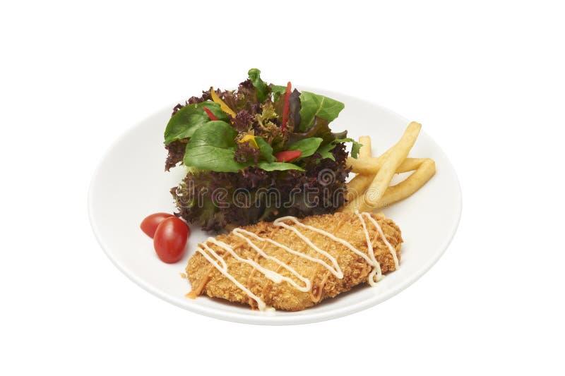 Trajeto isolado e de grampeamento da salada e da galinha panada fritada imagem de stock